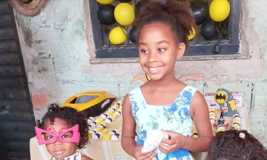 As primas Emilly, de 4 anos, e Rebecca, de 7, brincavam em frente ao portão de casa quando foram atingidas, no último dia 4. As meninas moravam na comunidade do Barro Vermelho, em Gramacho, em Duque de Caxias, na Baixada Fluminense. Familiares dizem que policiais dispararam em direção à rua e não houve confronto, mas a PM nega. Emilly foi atingida na cabeça e Rebecca ferida no peito Foto: Reprodução