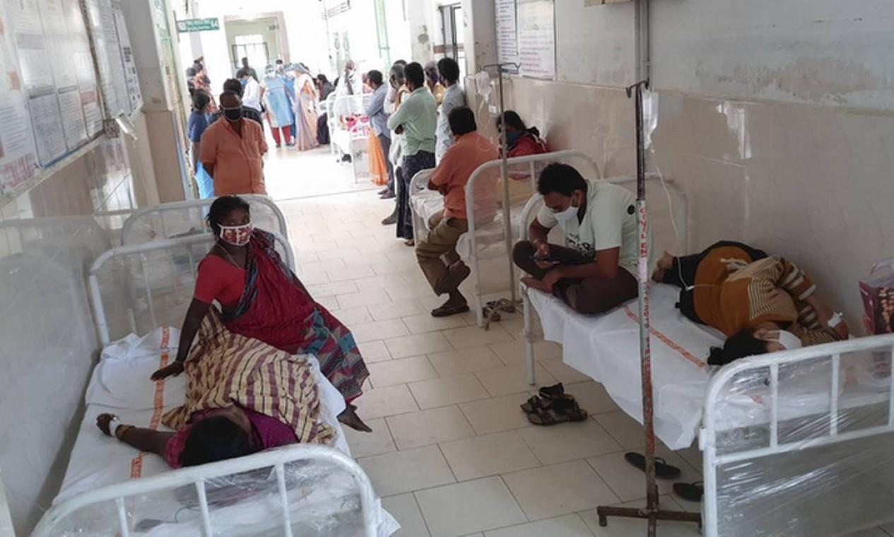 Pacientes internados em Eluru com sintomas de nova doença misteriosa na Índia Foto: AP