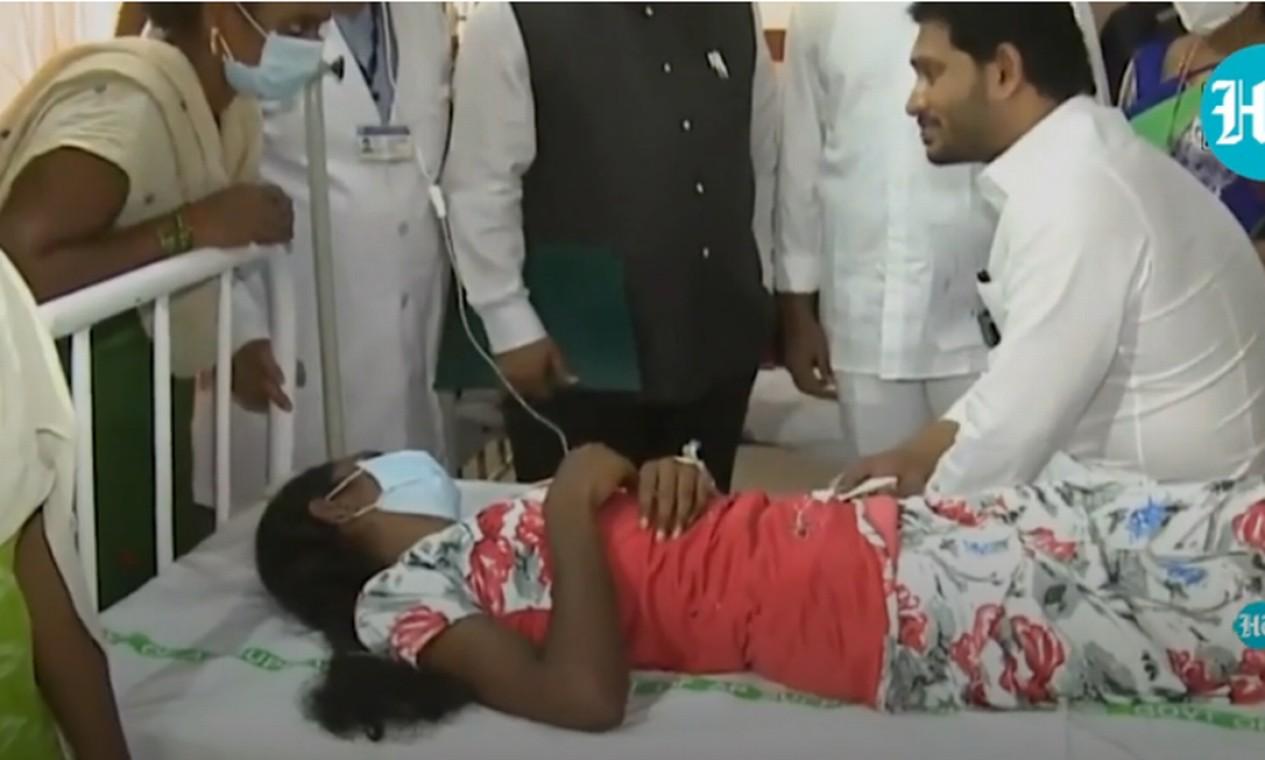 Ministro-chefe de Andhra Pradesh visita pacientes com doença misteriosa em hospital de Eluru Foto: Reprodução