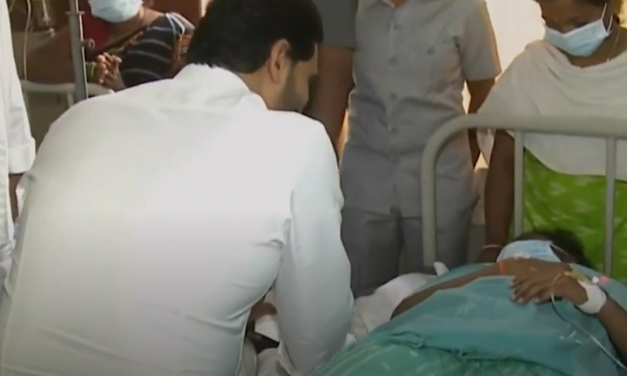 Ministro Jaganmohan Reddy visita pacientes com doença misteriosa na Índia Foto: Reprodução