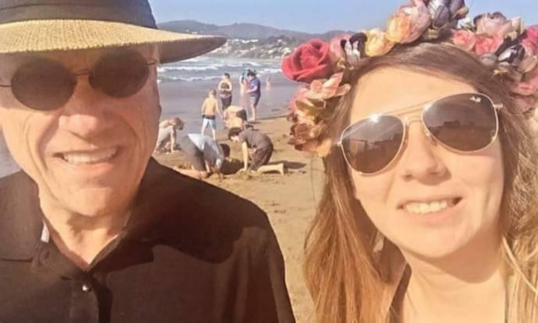 Sem máscara, o presidente do Chile, Sebastián Piñera, tirou foto com cidadãos em uma praia Foto: Reprodução