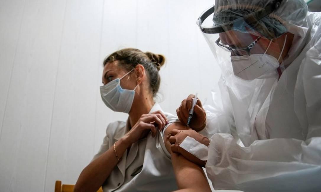 Vacinação com o imunizante Sputnik-V, na Rússia: países encomendam seringas com meses de antecedência para atender demanda da população Foto: Tatyana Makeyeva/Reuters/12-10-2020