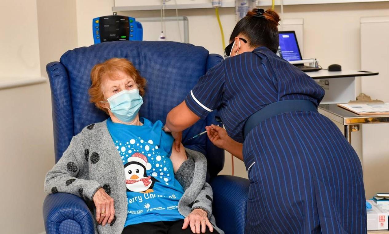 Margaret Keenan, uma avó britânica de 90 anos, tornou-se a primeira pessoa no mundo a receber a vacina da Pfizer contra a Covid-19, no início da campanha britânica de vacinação em massa Foto: Jacob King / REUTERS