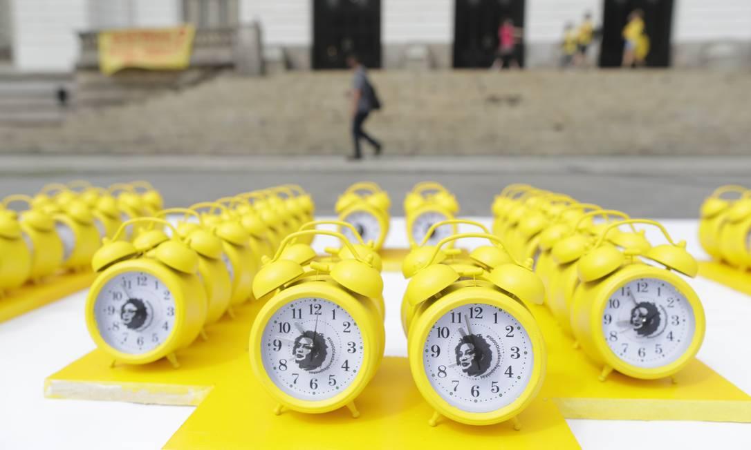 Foram colocados cerca de 500 despertadores na calçada em frente a Câmara de Vereadores, na Cinelândia Foto: Marcia Foletto / Agência O Globo