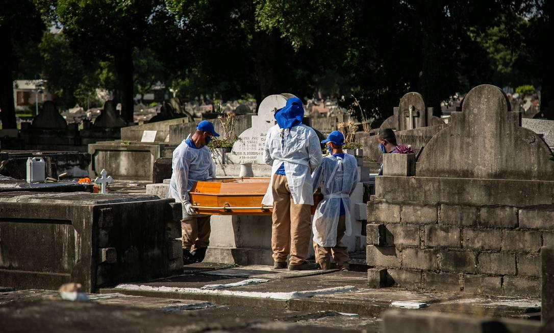 Enterro de vítima da Covid-19 no cemitério São João Baptista, no Caju, Zona Portuária do Rio, na última quinta-feira (3) Foto: Hermes de Paula / Agencia O Glob / Agência O Globo