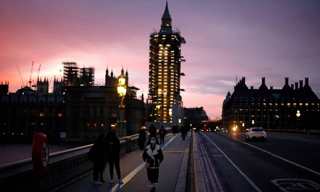 """A ponte de Westminster, em Londres: Reino Unido aperta o cerco às """"big techs"""" Foto: TOLGA AKMEN / AFP"""