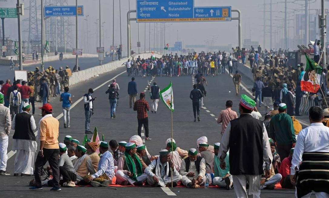 Agicultores boqueiam rodovia durante greve nacional contra as recentes reformas do setor na fronteira do estado de Délhi-Uttar Pradesh em Ghazipu, na Índia Foto: PRAKASH SINGH / AFP/08-12-2020