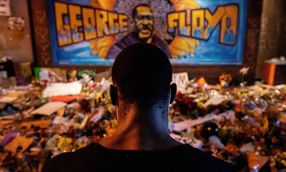 Homem negro recita poesia falada em um memorial improvisado em homenagem a George Floyd, no local onde ele foi levado sob custódia, em Minneapolis, Minnesota, EUA, em 1 de junho Foto: LUCAS JACKSON / REUTERS - 1/06/2020