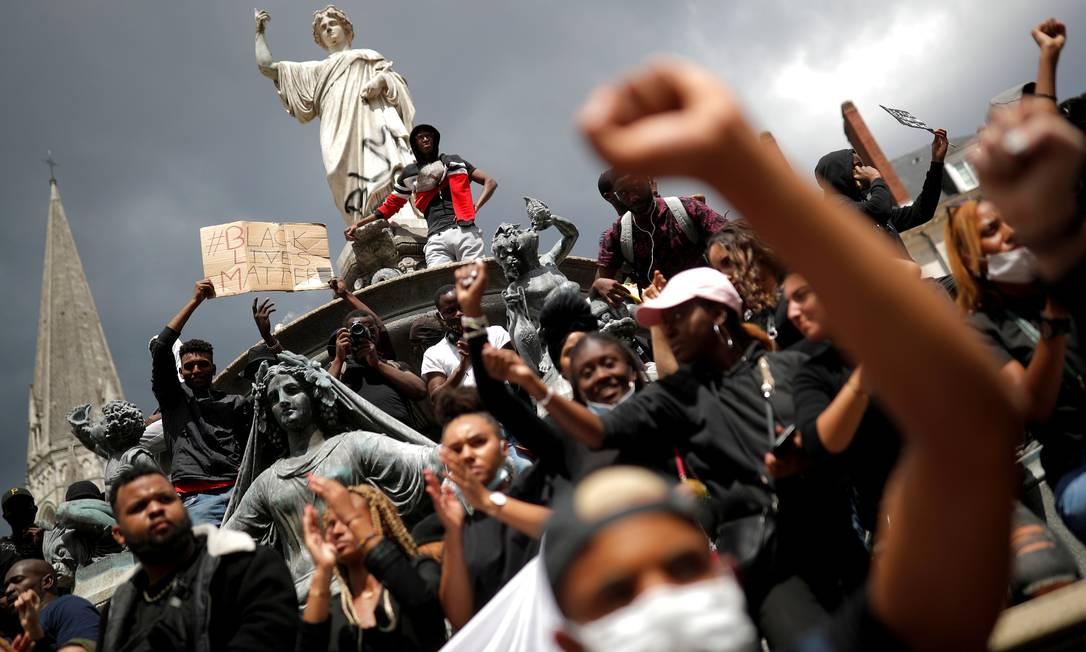 Pessoas participam de um protesto antirracismo em Nantes, na França, em 8 de junho Foto: STEPHANE MAHE / REUTERS - 8/06/2020