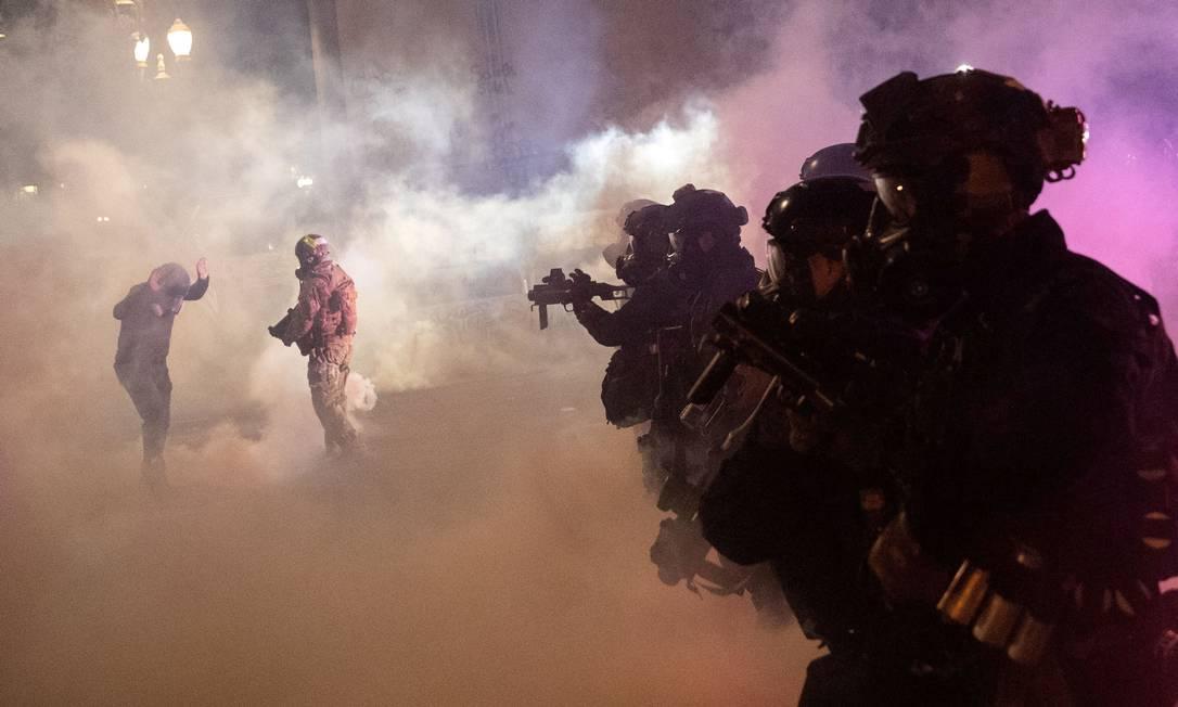 Policiais federais disparam gás lacrimogêneo e outras munições para dispersar manifestantes durante uma protesto contra a violência policial e a desigualdade racial em Portland, Oregon, EUA, em 30 de julho Foto: CAITLIN OCHS / REUTERS - 30/07/2020