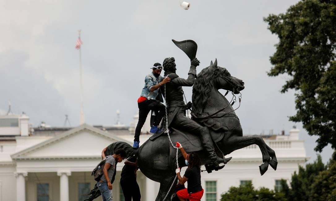 Os manifestantes prendem uma corrente à estátua do ex-presidente dos Estados Unidos Andrew Jackson no meio do Parque Lafayette, em frente à Casa Branca, na tentativa de derrubá-la durante protestos contra a desigualdade racial em Washington Foto: TOM BRENNER / REUTERS - 22/06/2020