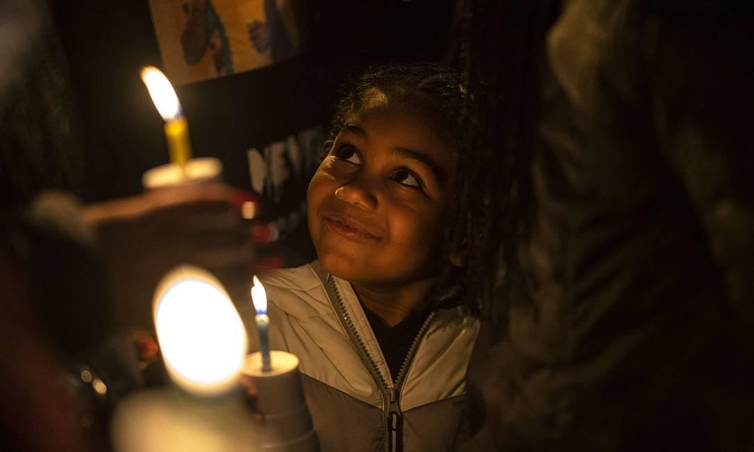 Jarraye Moore, 5, ouve oradores em uma vigília por seu primo, Kevin Peterson Jr., em Vancouver, Washington. Assistentes do xerife do condado de Clark atiraram e mataram Peterson em outubro, gerando vigílias do Black Lives Matter e contra-protestos de grupos de extrema direita Foto: Nathan Howard / AFP - 06/12/2020