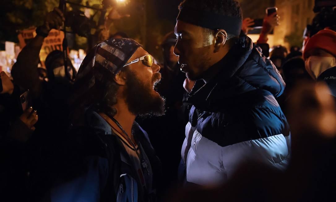 Um apoiador do presidente Donald Trump confronta um manifestante na praça Black Lives Matter em frente à Casa Branca, no dia da eleição, em Washington Foto: OLIVIER DOULIERY / AFP - 3/11/2020