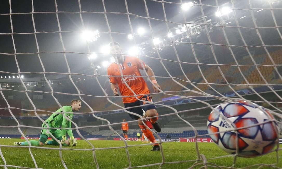O brasileiro Giuliano em partida pela Liga dos Campeões contra o Leipzig Foto: MURAD SEZER / REUTERS