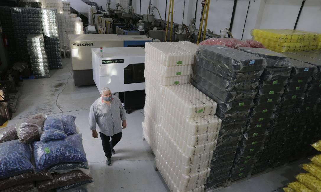 Queda no faturamento. A fábrica de potes e frascos para cosméticos e alimentos São Sebastião, em Nilópolis: falta de resina reduziu produção à metade Foto: Domingos Peixoto / Agência O Globo