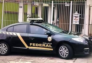 Agentes da Polícia Federal cumprem ordens de busca e apreensão na operação Talha, que investiga uso indevido de recursos do INTO Foto: Reprodução / TV