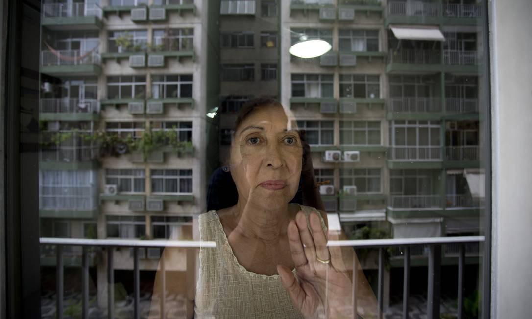 Confinados. Maria Alice Lenzi, de 75 anos, isolou-se no apartamento em que vive em Copacabana, bairro com o maior número de idosos, 14% da população acima de 60 anos do Rio Foto: Márcia Foletto / Agência O Globo - 17/03/2020