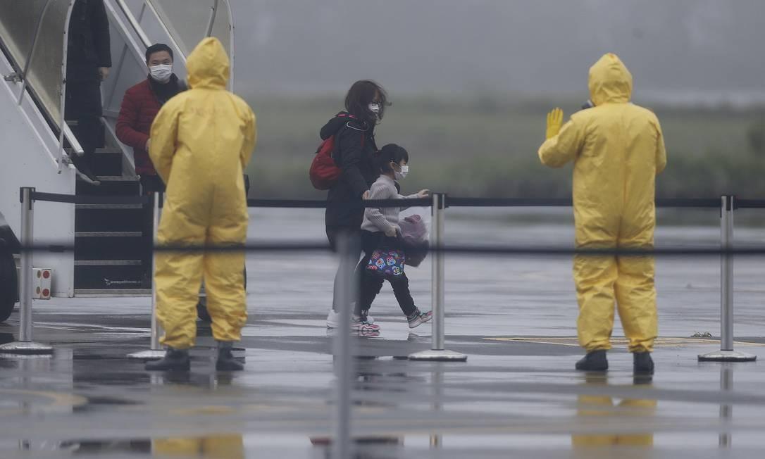 Grupo de 30 brasileiros e quatro chineses que estavam em Wuhan, na China, epicentro do surto de coronavírus, chegam em voos da FAB na Base Aérea de Anápolis, Goiás, onde cumpriram quarentena de 18 dias Foto: Jorge William / Agência O Globo - 09/02/2020