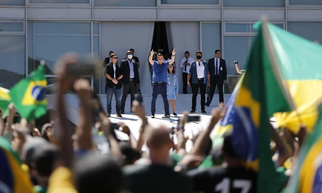 O aglomerador. Na rampa do Palácio do Planalto, ao lado da filha, Laura, Bolsonaro acena aos manifestantes, demonstrando apoio a ato antidemocrático, repudiado por ministros do STF e pelo presidente da Câmara, Rodrigo Maia Foto: Jorge William / Agência O Globo - 03/05/2020