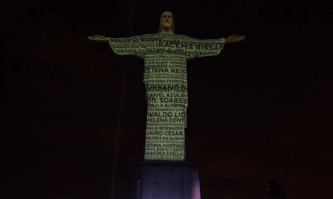 Homenagem. Nomes de vítimas da Covid são projetados sobre a estátua do Cristo Redentor Foto: Guito Moreto / Agência O Globo - 01/07/2020