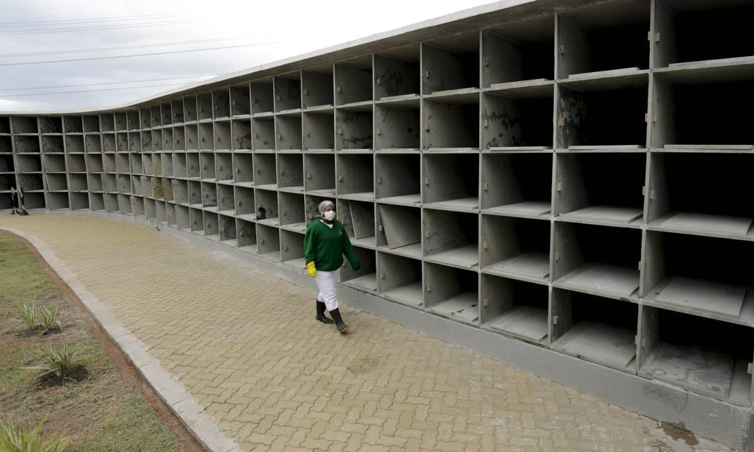 Efeito sombrio da pandemia. Centenas de novas gavetas construídas no cemitério Jardim Envida, na Baixada Fluminense, à espera do aumento do número de mortes por Covid-19 Foto: Gabriel de Paiva / Agência O Globo - 18/04/2020