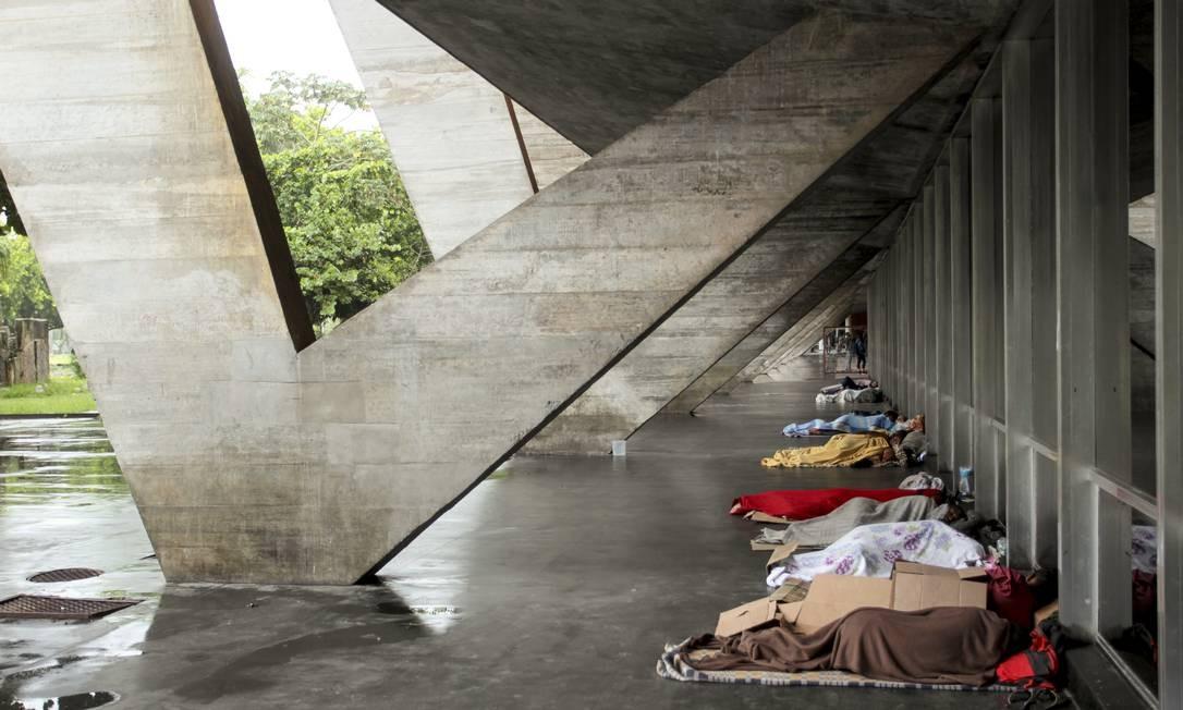 MAM abandonado. Pessoas em situação de rua dormem sob o pilotis do Museu de Arte Moderna, no Aterro Foto: Gabriel de Paiva / Agência O Globo 16/01/2020