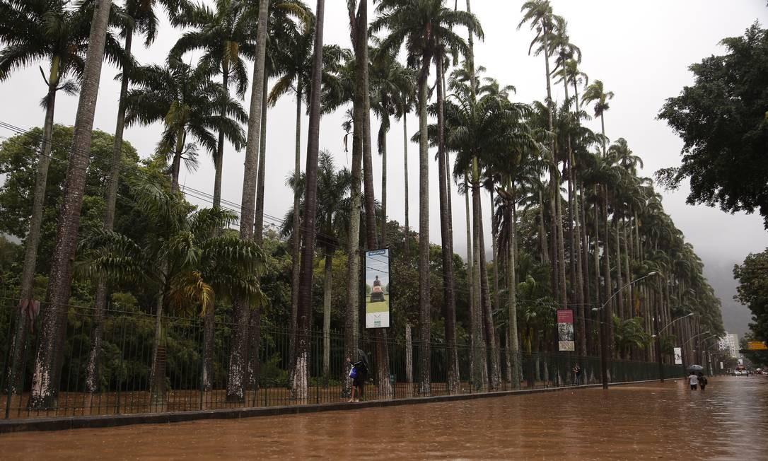 É primavera. Estação se anunciou com forte chuva, trazendo à tona velhor dramas da cidade. Ruas alagadas deram nó no trânsito. A Rua Jardim Botânico (foto), onde a prefeitura faz obras contra enchentes, ficou inundada o dia inteiro Foto: Gabriel Monteiro / Agência O Globo - 22/09/2020