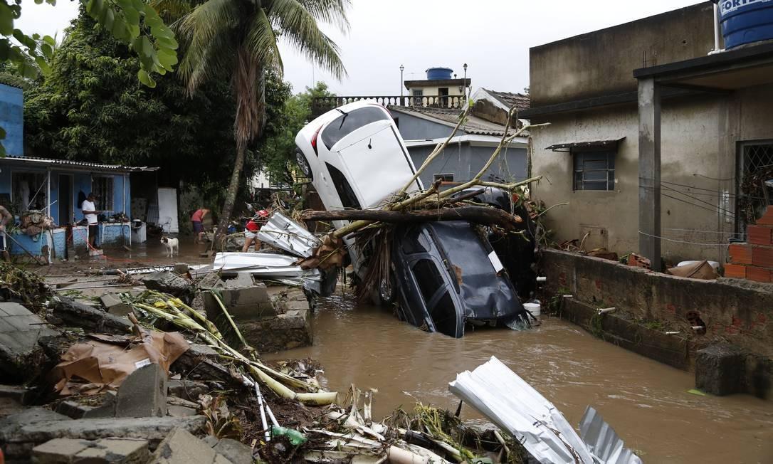 Águas de março. Temporal deixa 4 mortos no Rio. Carros foram arrastados para dentro de um rio, em Realengo, na Zona Oeste do Rio, após a forte chuva que castigou o estado. Foto: Fábio Rossi / Agência O Globo - 01/03/2020