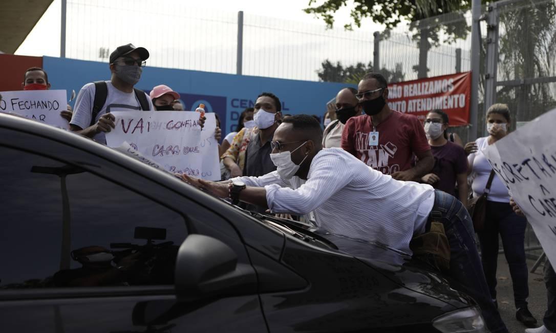 Gritos da saúde. Com salários atrasados, profissionais do hospital de campanha do Maracanã protestam após anúncio de fechamento da unidade Foto: Luiza Moraes / Agência O Globo - 17/07/2020