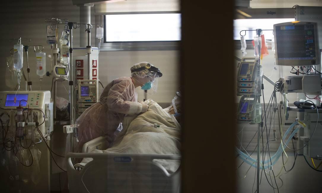 Incansáveis. Equipe médica trata um paciente com Covid-19 em UTI do Hospital Copa Star, em Copacabana. Luta dos profissionais de saúde pela vida de pacientes foi retratada de perto por fotógrafos de O GLOBO Foto: Márcia Foletto / Agência O Globo - 16/04/2020