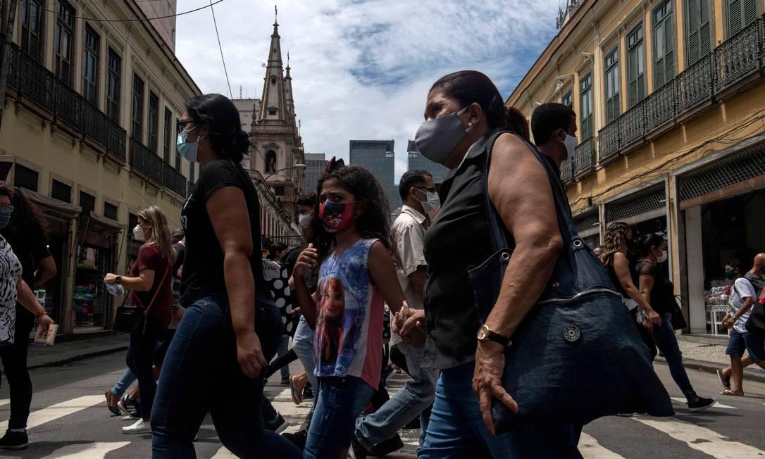 Pessoas usam máscara no Centro do Rio para se proteger contra o coronavírus. Foto: MAURO PIMENTEL / AFP