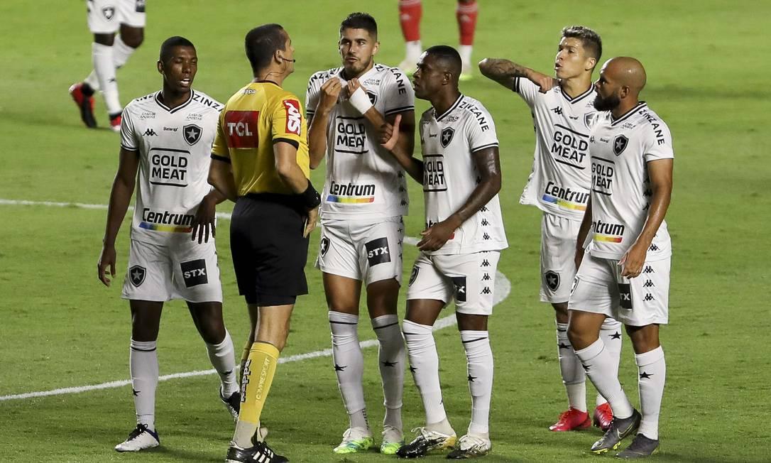 Jogadores do Botafogo reclamam com arbitragem Foto: Marco Galvão/Zimel Press / Agência O Globo