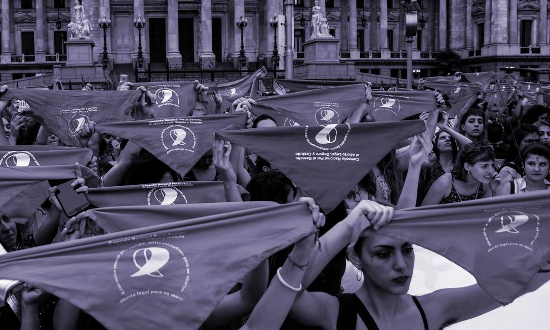 Ativistas reivindicam legalização do aborto em manifestação em frente ao Congresso argentino, em fevereiro em 2018: projeto sobre o tema, votado à época, não foi aprovado, mas pressão de movimentos sociais favoráveis à medida aumentou desde então Foto: RAUL FERRARI/AFP/19-2-2018