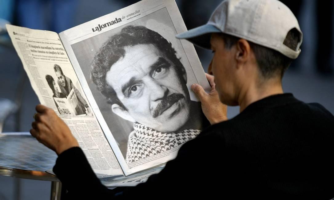 Jovem mexicano lê jornal com suplemento dedicado a Gabriel García Márquez, em 2007, quando o escritor colombiano completava 80 anos Foto: Ronaldo Schemidt / AFP Photo