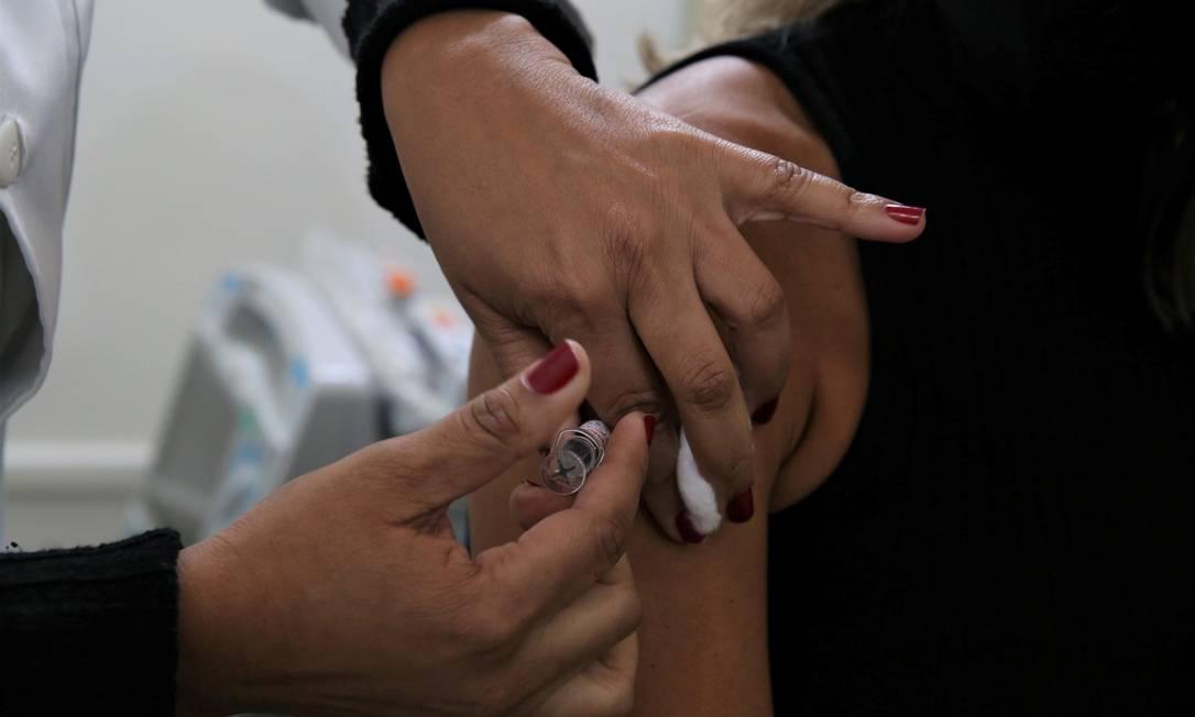 Testes: imunizante é aplicado em profissional de saude voluntária Foto: Divulgação / Prefeitura de Niterói