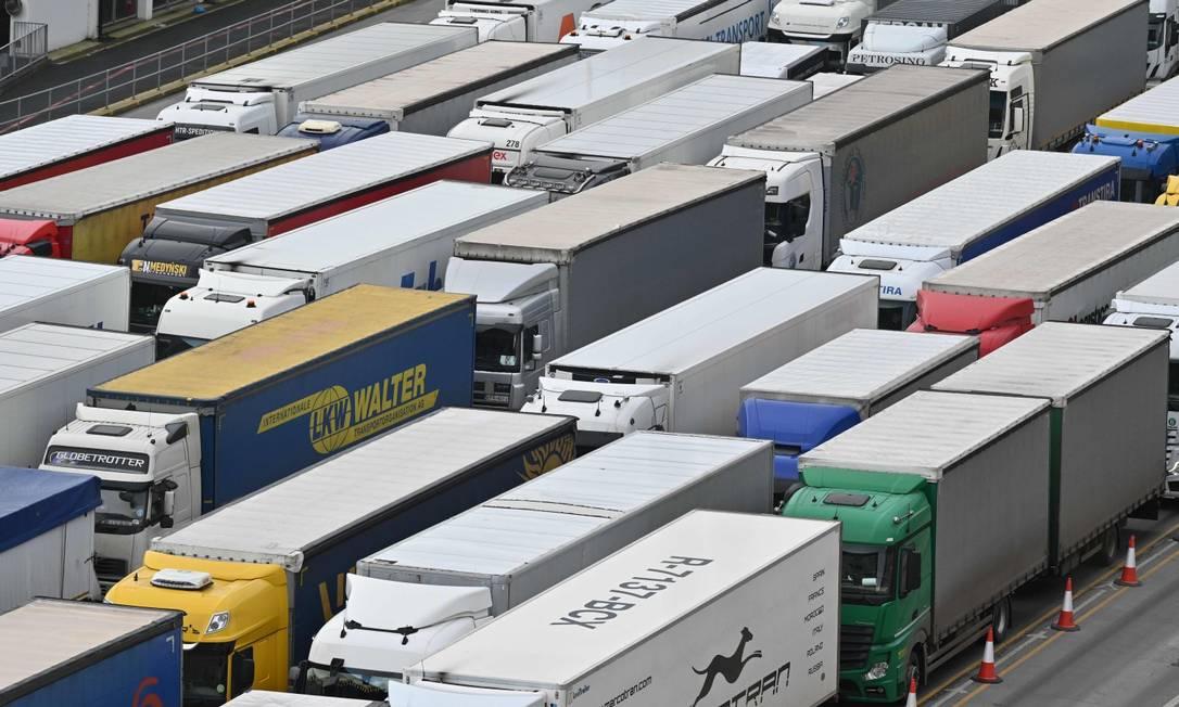 Caminhões fazem fila para entrar no porto britânico de Dover, na costa Sul do país Foto: JUSTIN TALLIS / AFP
