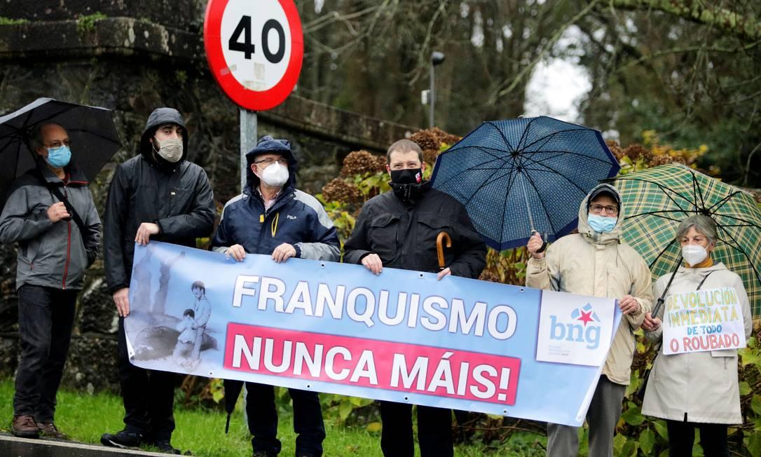 """Pessoas protestam do lado de fora do Pazo de Meiras, o palácio de verão do ex-ditador espanhol Francisco Franco: """"Franquismo: nunca mais"""" Foto: MIGUEL VIDAL / REUTERS/10-12-2020"""