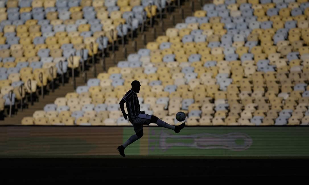 Sem torcida. Jogador do Fluminense faz embaixadinha com a bola antes do início da partida contra o Corinthians, no Maracanã, em mais um jogo sem público do Brasileirão, por causa do novo coronavírus Foto: Alexandre Cassiano / Agência O Globo - 13/09/2020