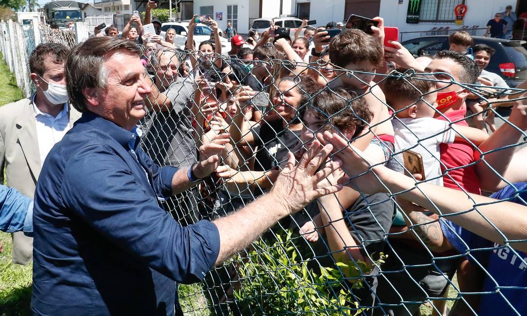 Sem máscara, o presidente Jair Bolsonaro cumprimentou a população durante visita a Porto Alegre nesta quinta-feira Foto: Alan Santos / Divulgação Planalto