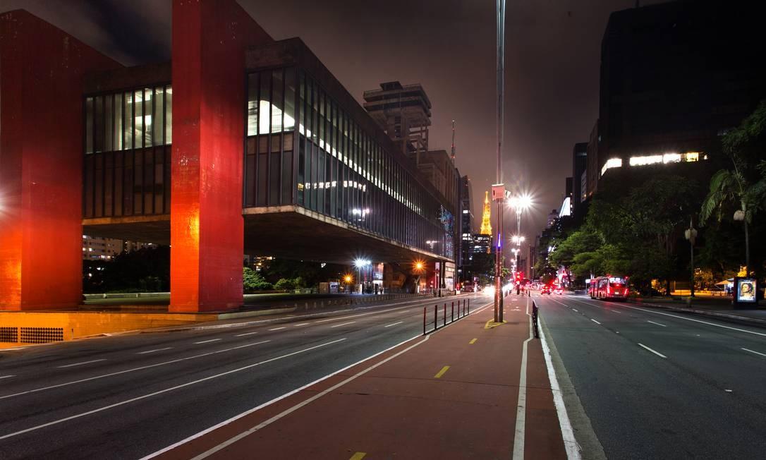 Deserta. Com decreto de fechamento total do comércio não essencial, ruas ficam completamente vazias em São Paulo, incluindo a normalmente movimentada Avenida Paulista Foto: Edilson Dantas / Agência O Globo - 25/03/2020