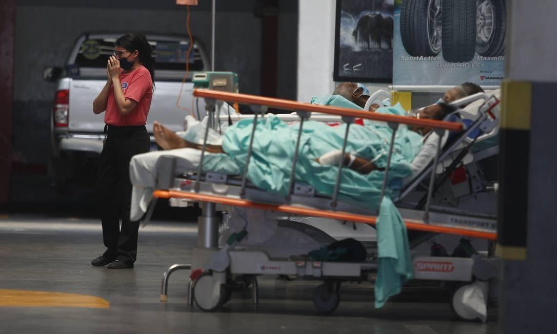 Desespero. Funcionária de autopeças chora durante resgate de pessoas do Hospital Federal de Bonsucesso, atingido por um incêndio: loja retirou carros para receber macas com pacientes do hospital, alguns em estado grave Foto: Fabiano Rocha / Agência O Globo - 27/10/2020