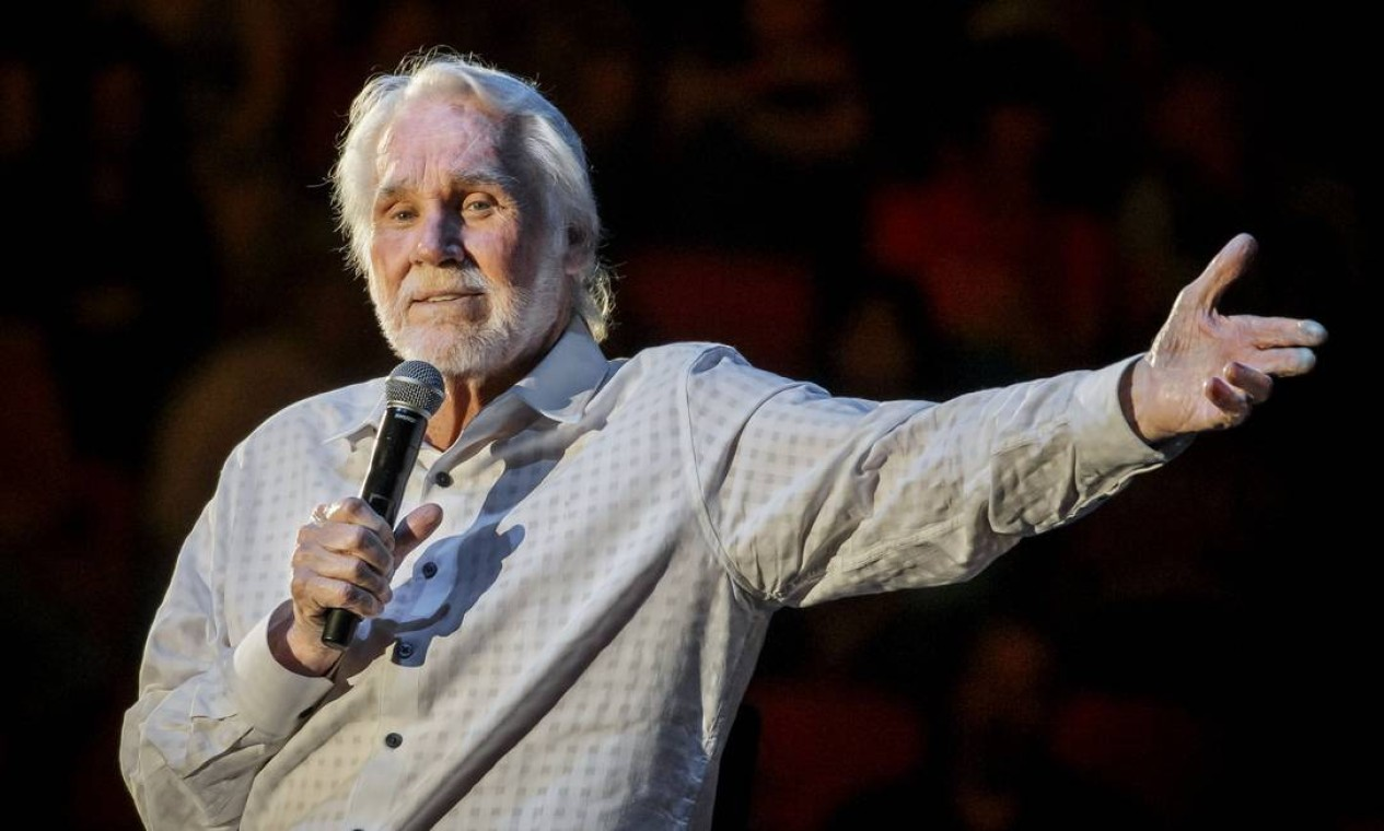 Aos 81 anos, o cantor americano Kenny Rogers faleceu de causas naturais em 20 de março Foto: SUZANNE CORDEIRO / AFP