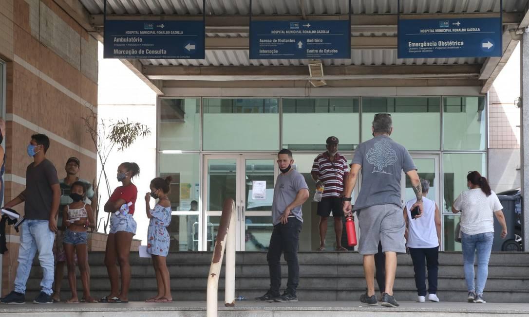 Movimentação no Hospital municipal Ronaldo Gazolla, referência para Covid-19 na capital: todas as vagas de UTI ocupadas Foto: Pedro Teixeira / Agência O Globo