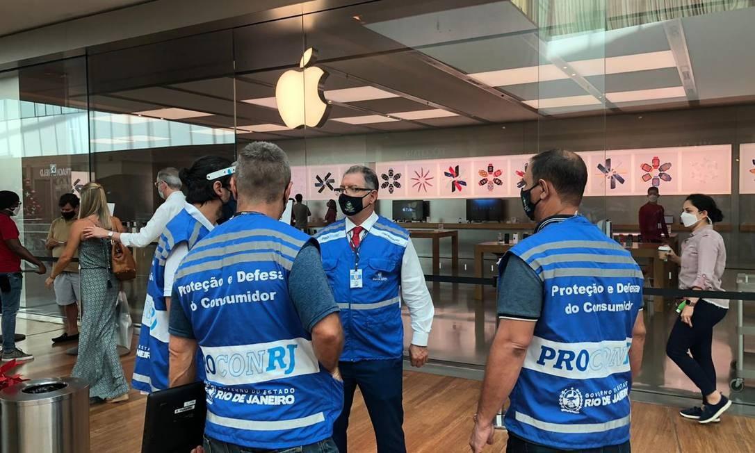 Equipe do Procon-RJ notificou a Apple nesta sexta-feira: inquérito investiga venda de celular sem carregador Foto: Divulgação