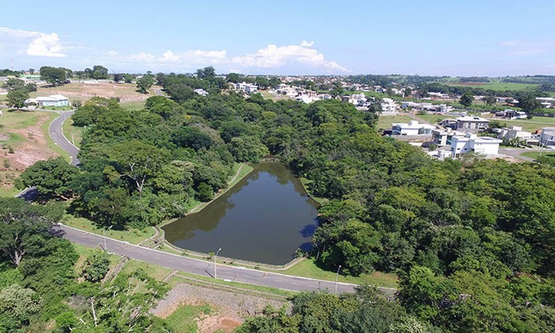 Terreno do condomínio conta com três lagos Foto: Reprodução