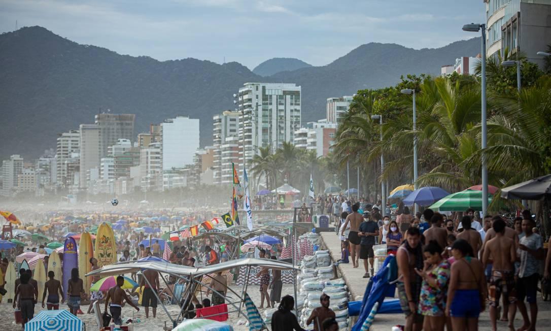 Aglomeração: medidas propostas pelo Comitê Científico, e requeridas pelo MP, preveem volta da proibição de permanência nas praias Foto: Hermes de Paula em 30-11-2020 / Agência O Globo