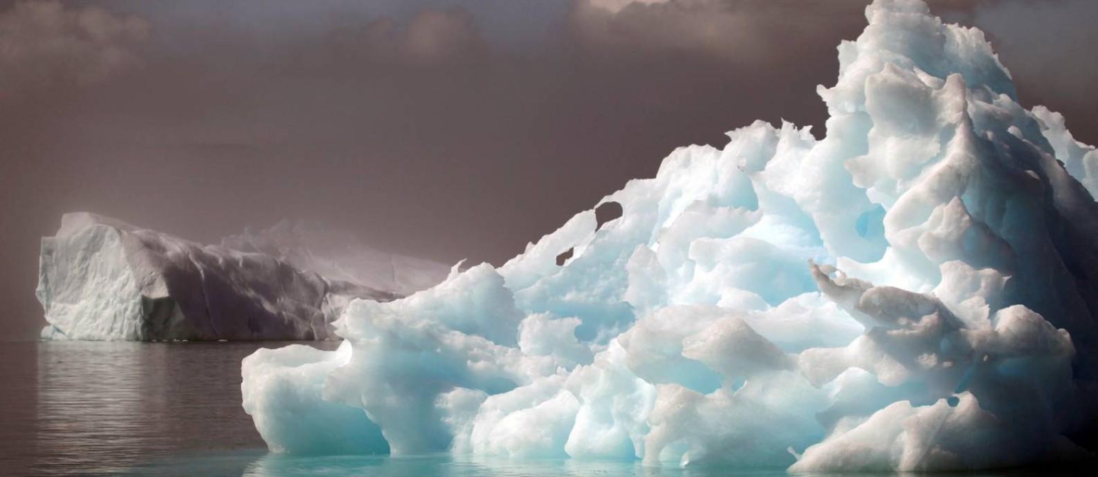 Icebergs flutuam próximo à cidade de Narsaq, no sul da Groenlândia Foto: Bob Strong/REUTERS/28-7-2009