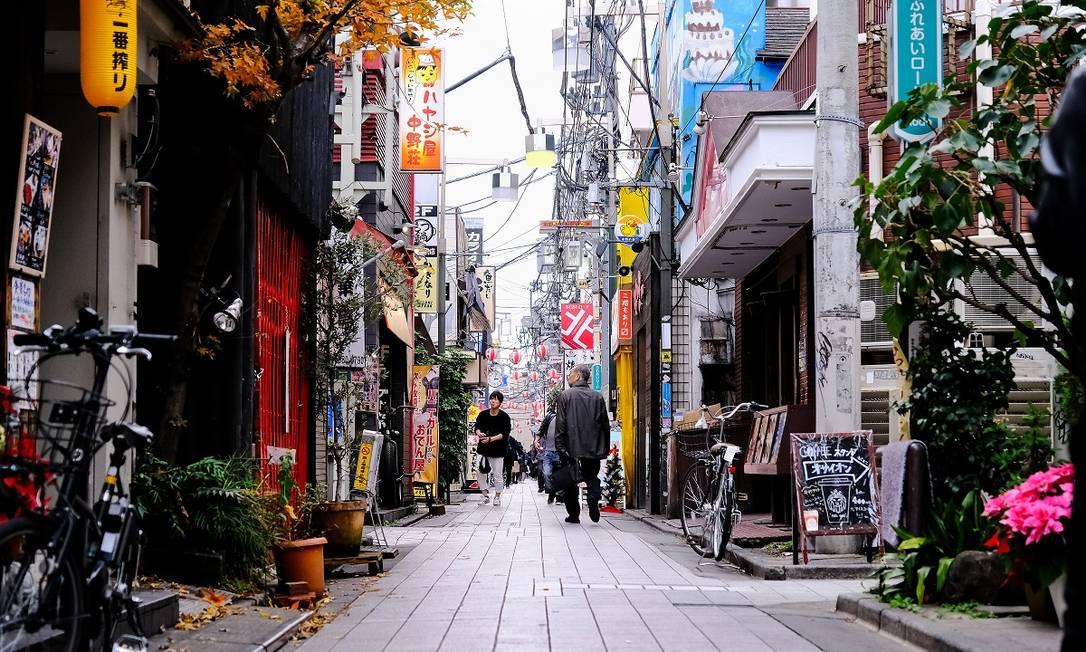Viela tranquila da região de Nakano, perto da Nakano Beer Kobo, em Tóquio Foto: Andrew Faulk / The New York Times