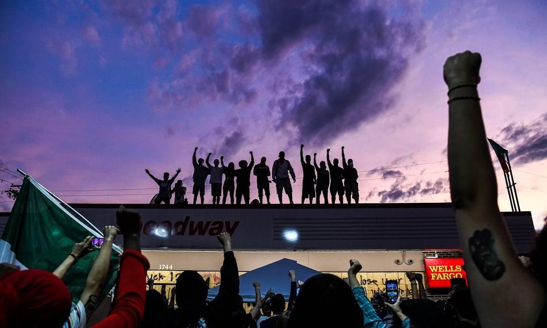 Manifestantes protestam em memória de George Floyd em Mineápolis, nos Estados Unidos Foto: CHANDAN KHANNA / AFP