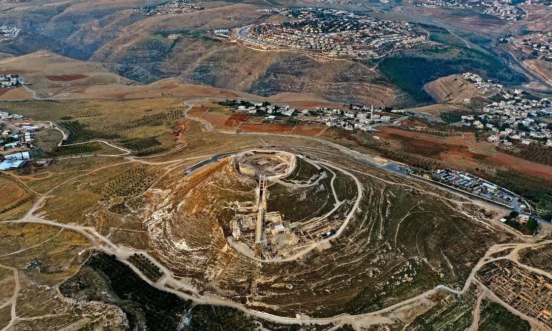 Vista aérea do Herodium, como é conhecido o palácio principal do rei Herodes, na antiga Judeia, hoje uma área da Cisjordânia ocupada por Israel Foto: MENAHEM KAHANA / AFP